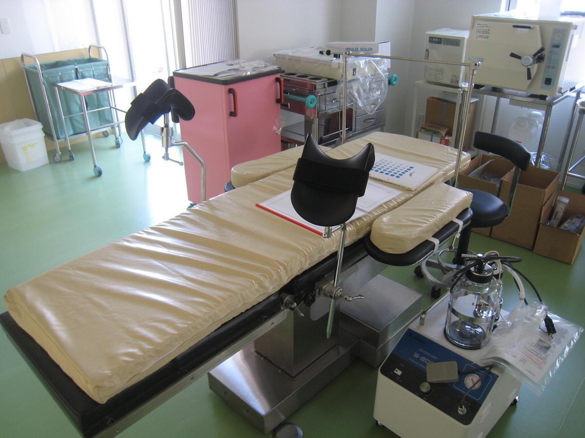 クリニック 手術台.JPG