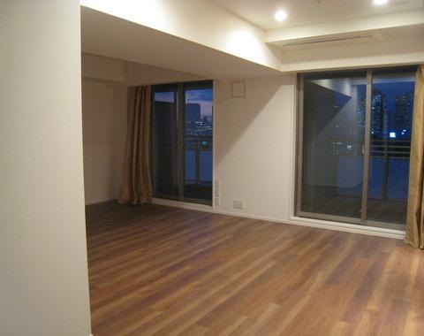新宿のタワーマンションで間仕切り壁の撤去とダウンライト取り付けサムネイル