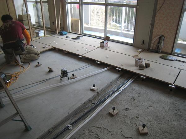 新浦安のマンションでリフォーム工事 床工事サムネイル