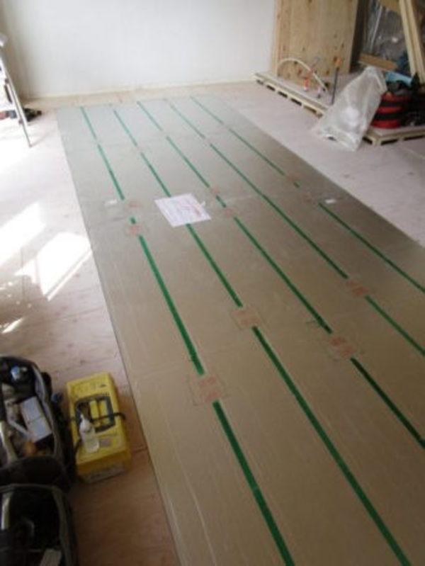 床暖房の温水パネルの設置サムネイル